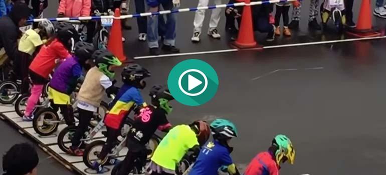 Carrera de bicis para niños. Mucho más emocionante que el MotoGP. 3