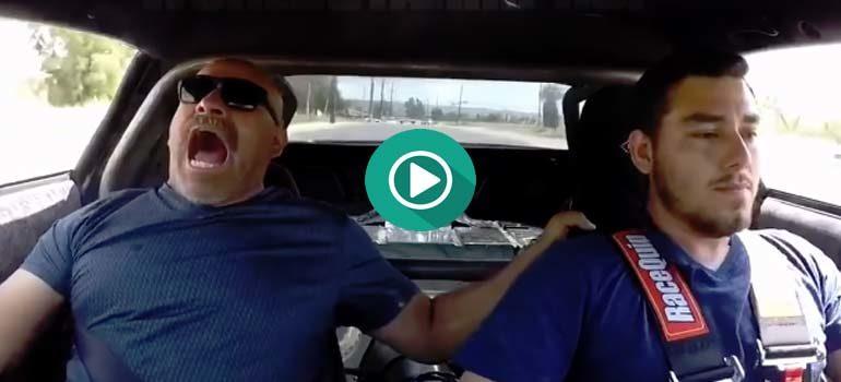 Monta a su padre en el coche para enseñarle lo que es el óxido nitroso. 6