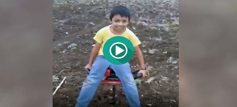 Su padre le prepara una divertida atracción en medio del campo. 1