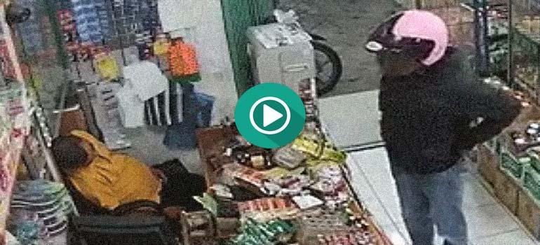 Aprovecha que el dueño de la tienda esta dormido para robar, pero... 1