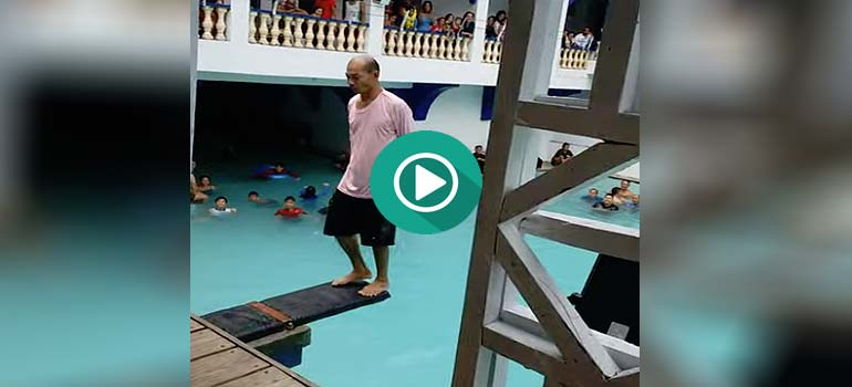 Espectacular salto de espaldas a la piscina en de este tipo anónimo. 1