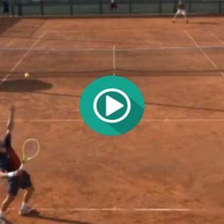 Este tenista destroza la raqueta al perder el partido.