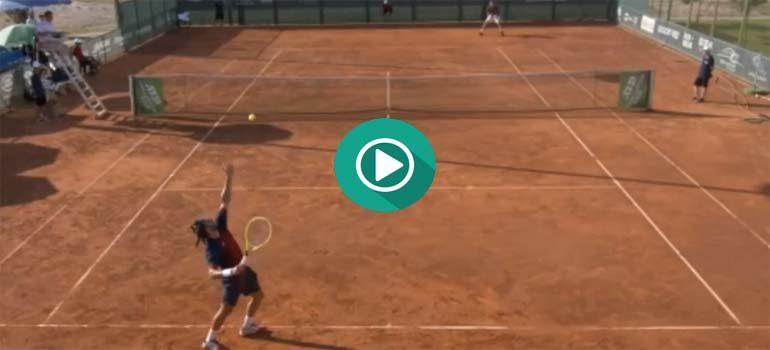 Este tenista destroza la raqueta al perder el partido. 3
