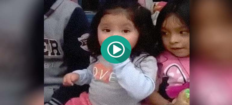 Esta adorable niña hace un truco de magia muy bueno. 2