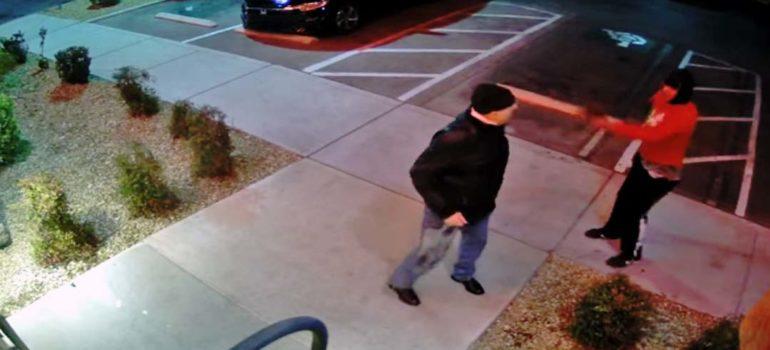 Abuelo se enfrenta a un atracador armado con una pistola. 2