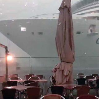 Un crucero esta a punto de chocar contra el puerto en Venecia.