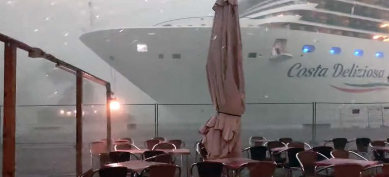 Un crucero esta a punto de chocar contra el puerto en Venecia. 1