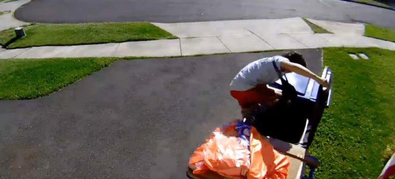 Un niño se esconde en un cubo de basura escapando de la policía. 2