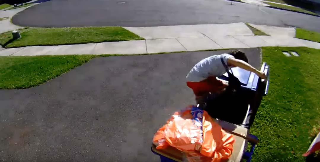 Un niño se esconde en un cubo de basura escapando de la policía. 6