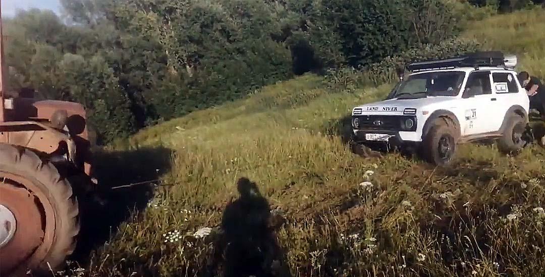El camión que lo ayuda remolcando el coche, termina destrozándolo. 2