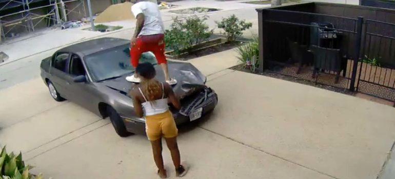 Intenta arreglar el coche tras huir de un accidente. 1
