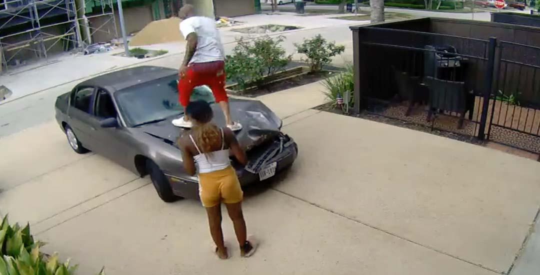 Intenta arreglar el coche tras huir de un accidente. 2