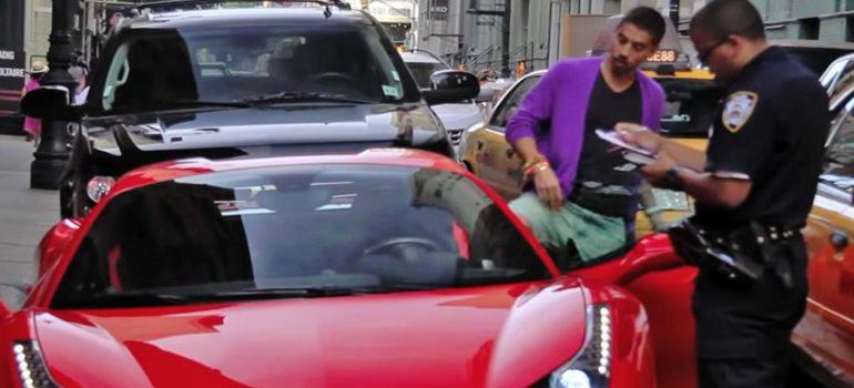 Conductor de un Ferrari 458 Spider, se niega a que le pongan una multa. 5