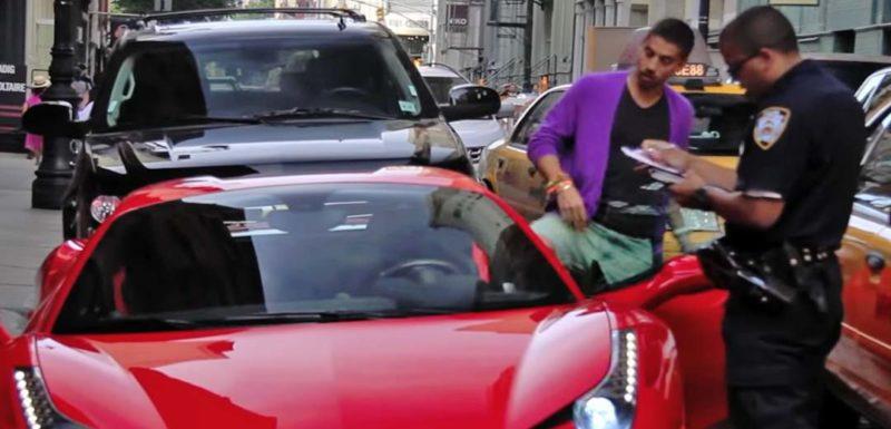 Conductor de un Ferrari 458 Spider, se niega a que le pongan una multa. 1
