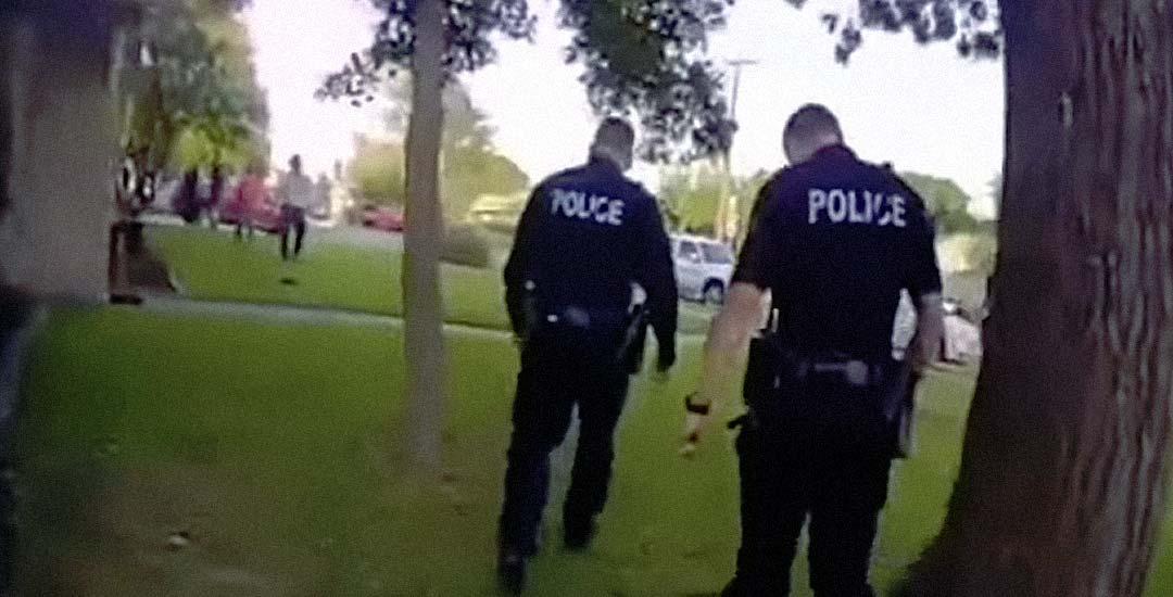 Llaman a la policía por el ruido de una fiesta, y los policías terminan bailando en la fiesta.