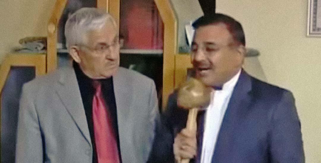 Este reportero confunde el micrófono con una seta.