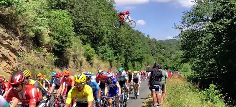 Un ciclista loco, salta por encima del pelotón del Tour de Francia. 4