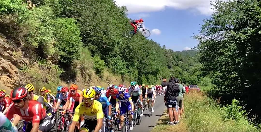 Un ciclista loco, salta por encima del pelotón del Tour de Francia.