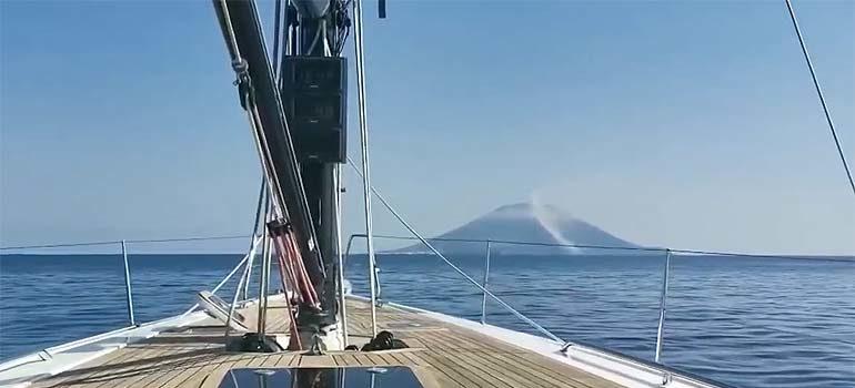 Momento exacto de la erupción del volcán Stromboli grabado desde un barco. 3