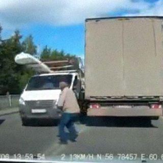 Casi es atropellado por dos camiones al cruzar indebidamente la carretera.