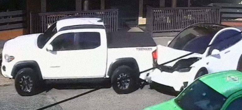 Un coche Tesla causa un extraño accidente en Puerto Rico. 5