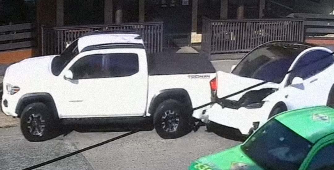 Un coche Tesla causa un extraño accidente en Puerto Rico.