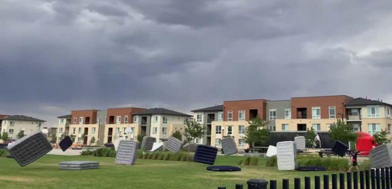 Extraña tormenta hace aparecer cientos de colchones hinchables volando. 1