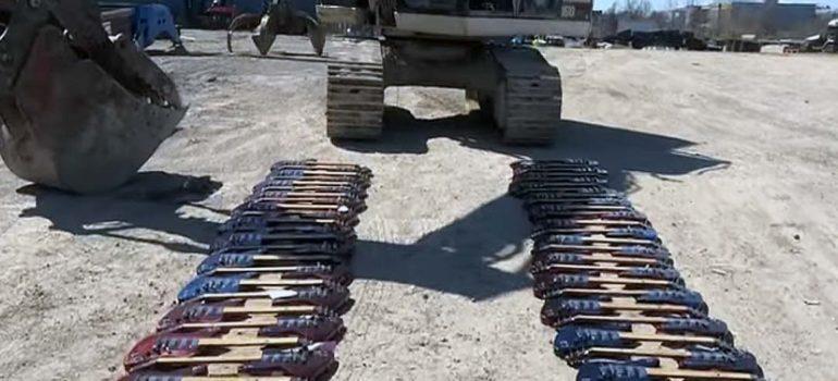 Destruyen cientos de guitarras Gibson con una excavadora. 6