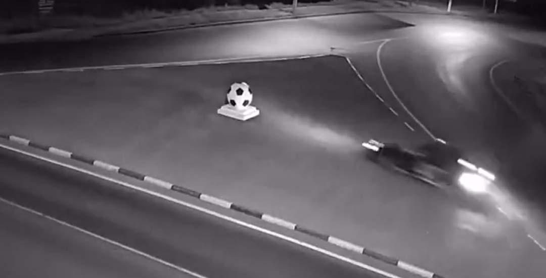 No aguanta la tentación y estrella su coche contra el monumento que simula una gran pelota de fútbol.