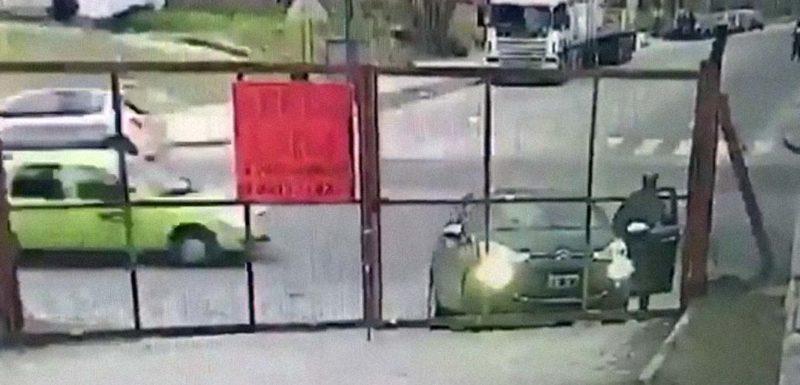 Le roban el coche en sus narices y ni se entera. 1