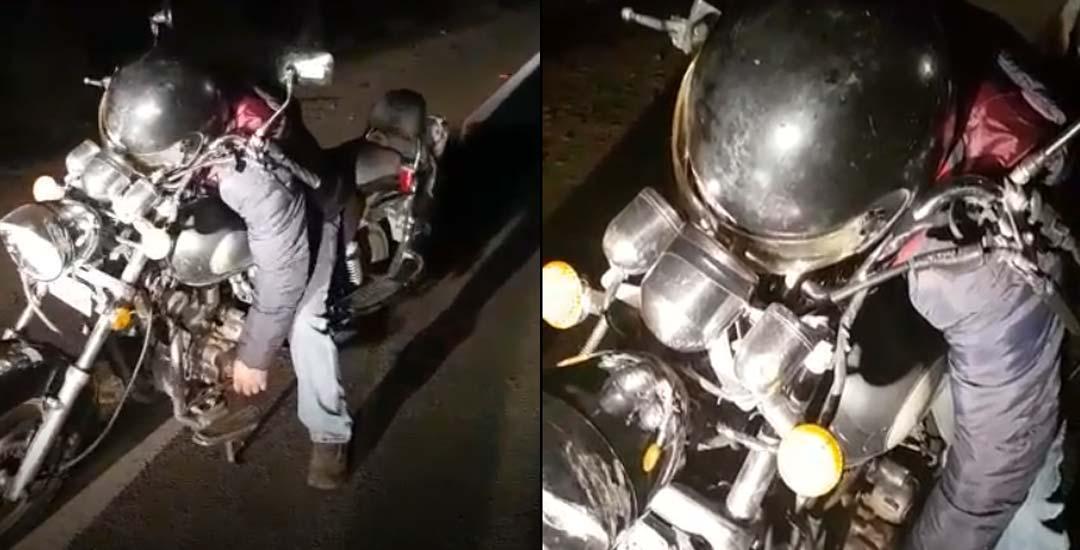 Encuentran a un motorista completamente borracho y dormido encima de la moto.