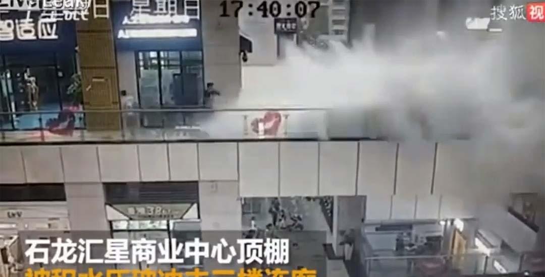Se cae el techo de un centro comercial y causa un tsunami. 9