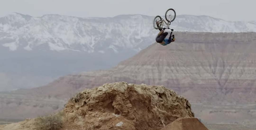 Brandon Semenuk haciendo el cabra con la bicicleta en un espectacular vídeo. 4