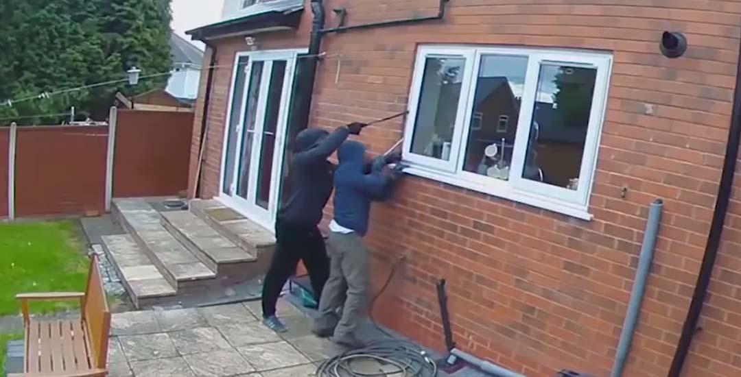 Así de fácil entran los ladrones por la ventana de una casa.