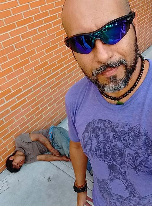 Deja inconsciente al ladrón y se hace selfies para su cuenta de twitter. 2