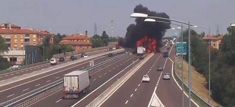 Vídeo de la explosión de un camión cisterna en Italia. 4