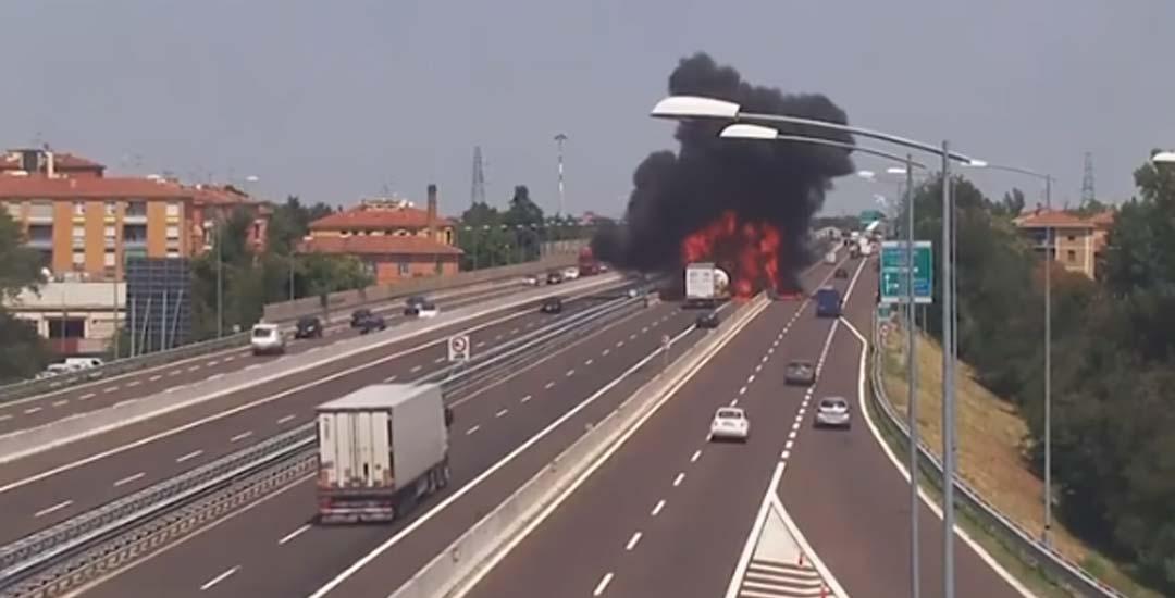 Vídeo de la explosión de un camión cisterna en Italia. 1