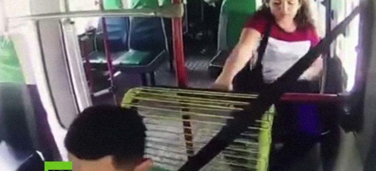Mujer roba al conductor del autobús al descuido. 4