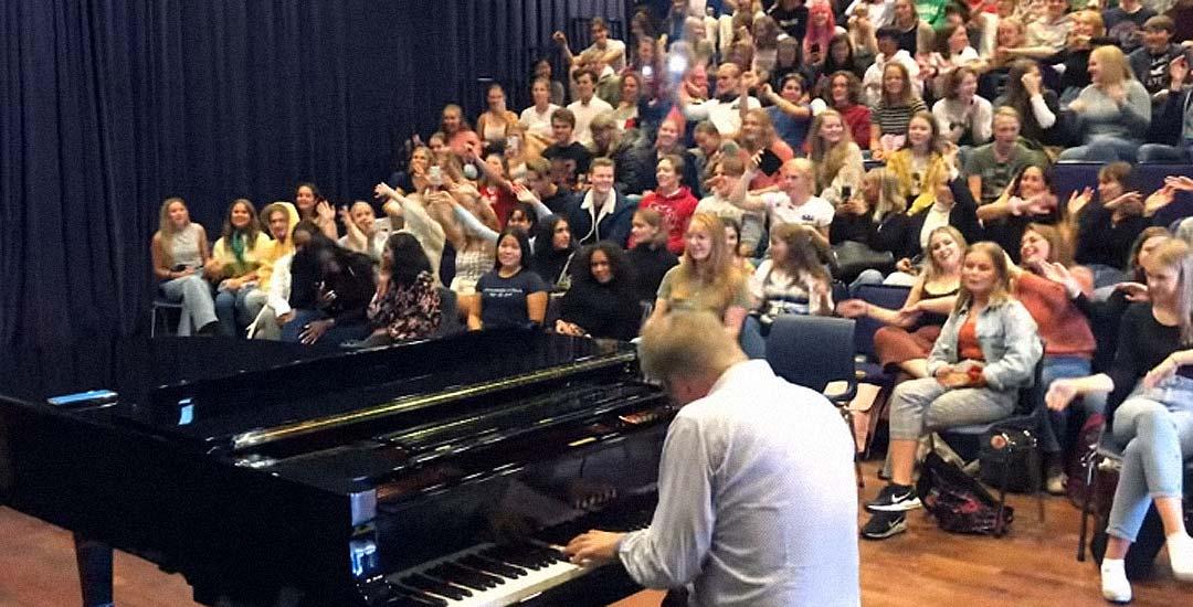 Profesor de música comienza el curso con Bohemian Rhapsody de Queen.