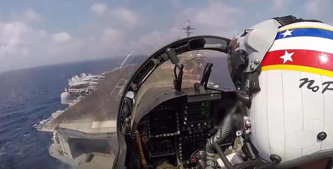 Así aterriza un Boeing F/A-18 Super Hornet en un portaaviones
