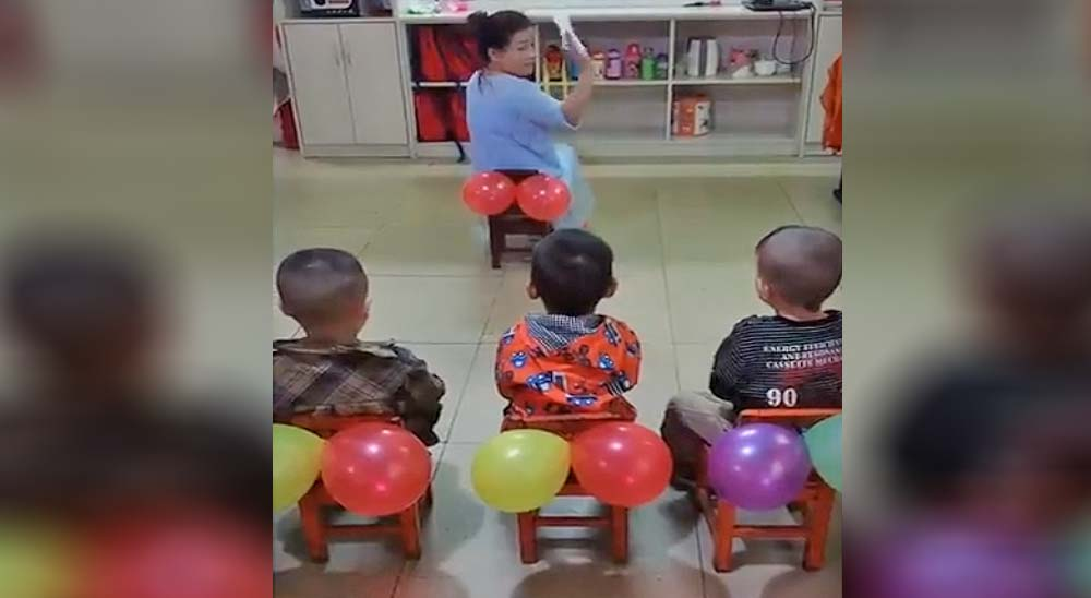Profesora enseña a los niños como limpiarse con un sistema muy curioso