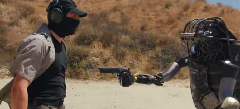 Nuevos robots capaces de coger y disparar armas dejan obsoletos a los soldados 4