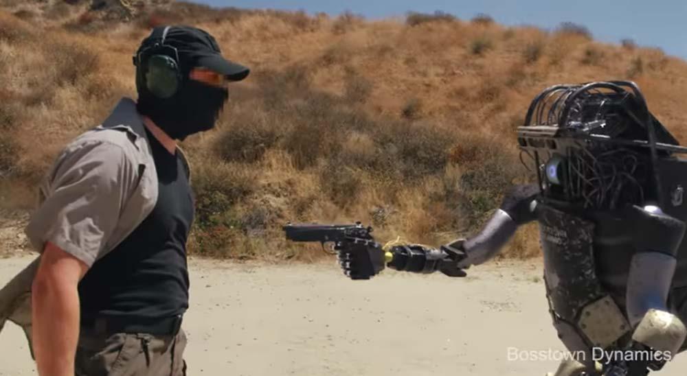 Nuevos robots capaces de coger y disparar armas dejan obsoletos a los soldados