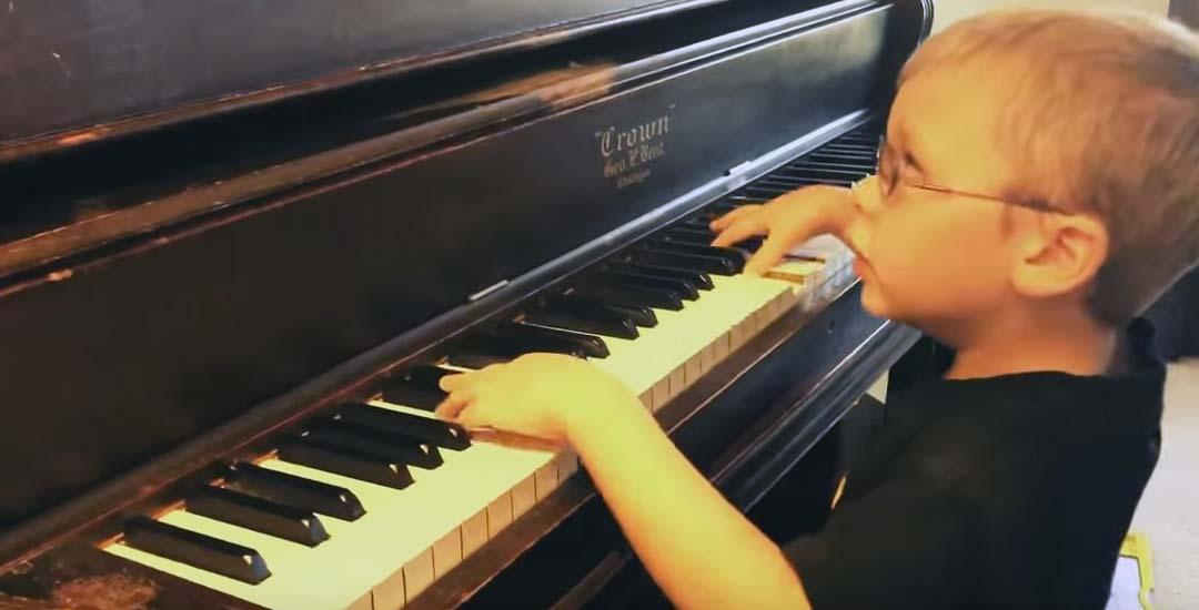 Sus 6 años y una discapacidad visual no le impiden tocar y cantar Bohemian Rhapsody