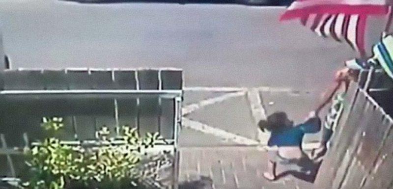 Los reflejos de un hombre salvan a una niña de ser atropellada 1