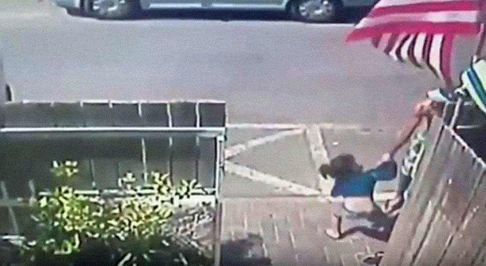 Los reflejos de un hombre salvan a una niña de ser atropellada