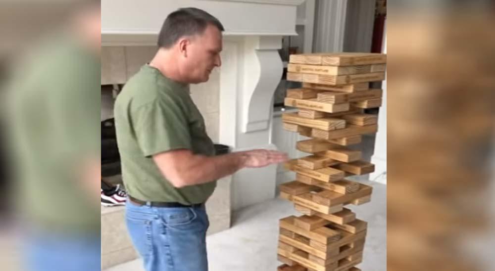 Un movimiento imposible jugando al Jenga 2