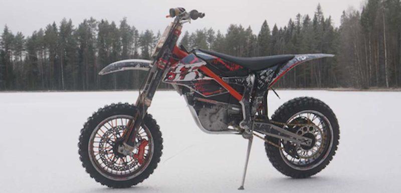 Pasándolo en grande con una moto eléctrica en la nieve 1