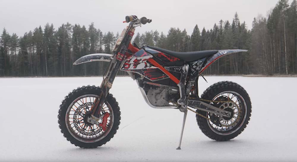 Pasándolo en grande con una moto eléctrica en la nieve