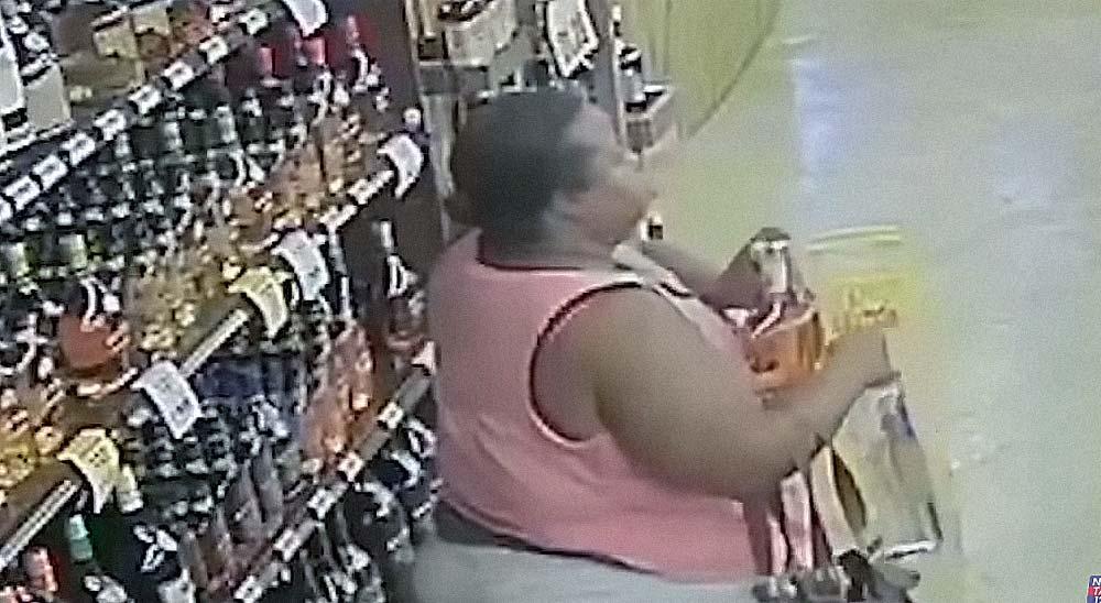 Esta mujer roba más de 10 botellas de una tienda